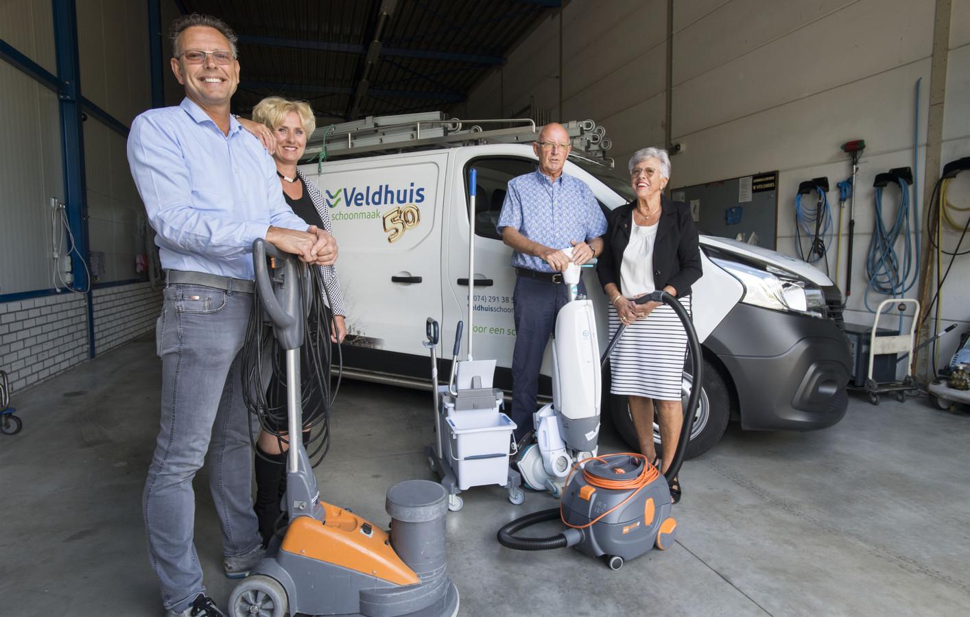 Twee generaties. Ronald en Hellen (links in beeld) zijn de huidige eigenaren. Rechts oprichter Willem en zijn vrouw Erna.