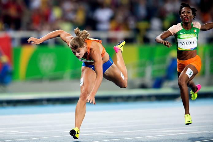 Dafne Schippers komt struikelend over de finish van de 200 meter in Rio. Ze won zilver.