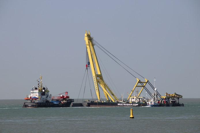 Bergingsvaartuig Multrasalvor 4 en de drijvende kraan Cormorant van Multraship aan het werk op de Westerschelde.