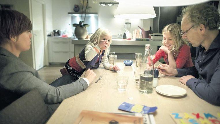 Ester Koele en Edwin Koster en hun dochters deden mee aan de proef. Papieren zakdoeken en koffiepads bleven ze wel gebruiken. Beeld Herman Engbers