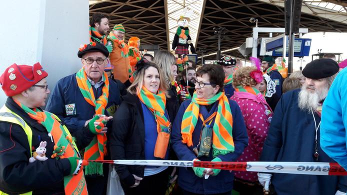 Carnavalsvierder zijn klaar voor de aankomst van de prins.