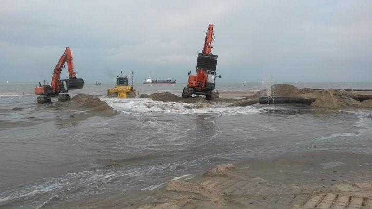 Aan de kust wordt nu al regelmatig zand opgespoten, maar dat zal wellicht niet volstaan.
