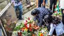 Nabestaanden van de Decembermoorden leggen bloemen bij het monument in Fort Zeelandia