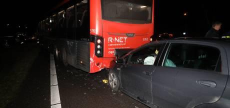 Streekbus en auto's botsen op A27 bij Eemnes: 1 gewonde