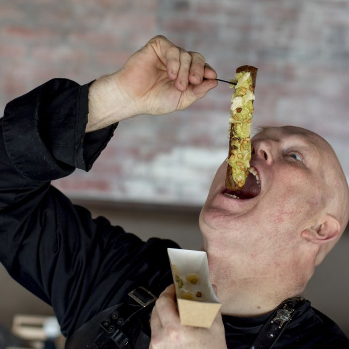 Chef-kok Pierre Wind geniet van zijn zelfbedachte pestofrikandel. Nu te krijgen bij Cafetaria's Family en Foodmaster