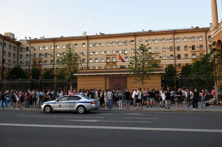 Vrienden en collega's van de opgepakte journalist protesteren tegen zijn aanhouding.