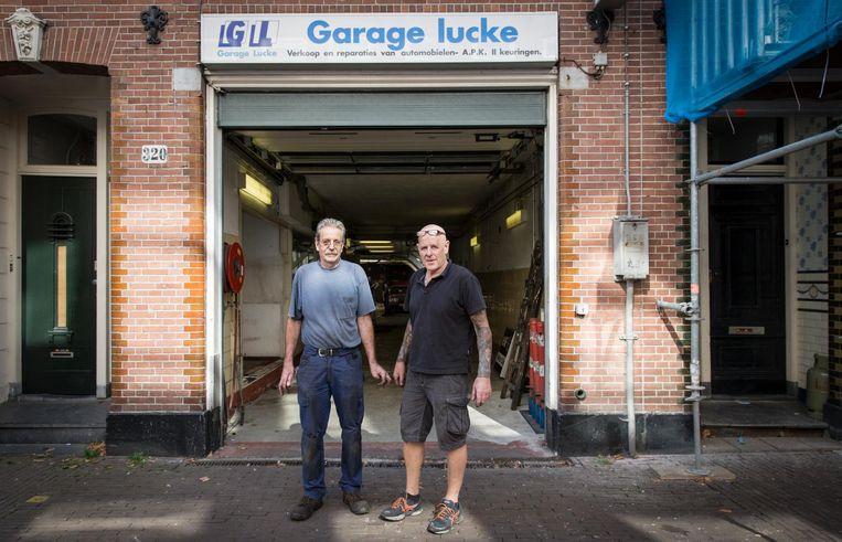 Peter en John voor hun garage in de Pijp Beeld Dingena Mol