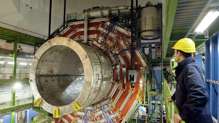Een enorme magneet in de ondergrondse ruimte van de LHC. Beeld epa