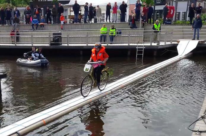 Zonder Genade van de Kade in Steenbergen is een evenement waarbij de deelnemers het water op de fiets moesten oversteken over een 21 meter lange plank.