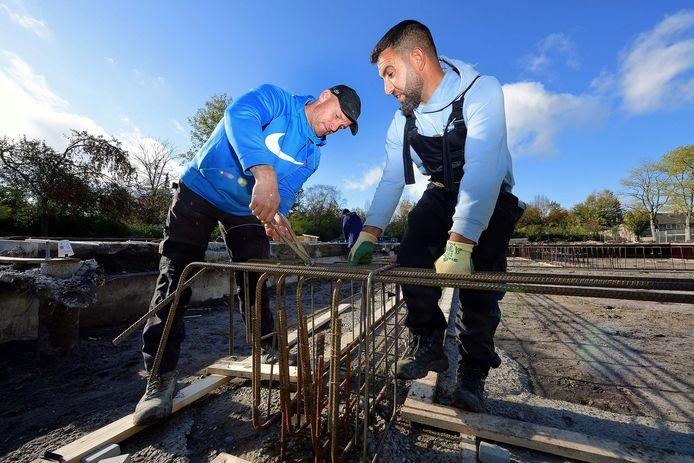 Rob van Zundert werkt aan een fundering op staal. In deze wapening wordt beton gegoten waarop de rest van de constructie wordt gebouwd.