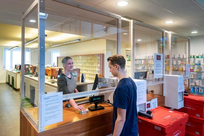 Bij Zuider Apotheek Huissen - Angeren hebben ze een scherm voor de balie geplaatst in verband met de risico's van het coronavirus.