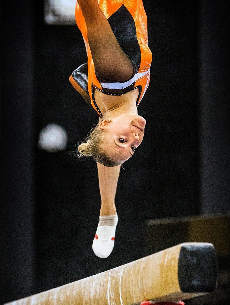 Turner Lieke Wevers, winnaar van de invitatiewedstrijd in Duiven, met 13,667 punten. Ze versloeg haar zus olympisch kampioen Sanne Wevers die ten val kwam: 12,167 punten. Beeld Jiri Buller / de Volkskrant