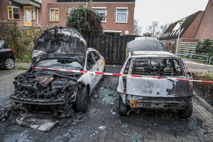 Dit is wat overbleef van de auto's na de brand in Arnhem.