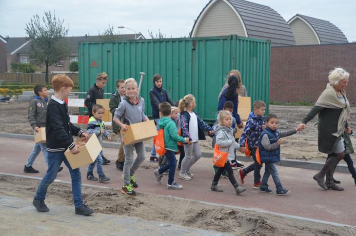 Op de woensdag voor de herfstvakantie verhuisden de leerlingen nog vol goede moed hun spulletjes naar Het Kansenrijk, de nieuwe brede school in Hoeven.
