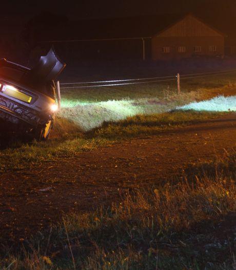 Automobilist gewond na knal tegen boom tussen Hellendoorn en Den Ham