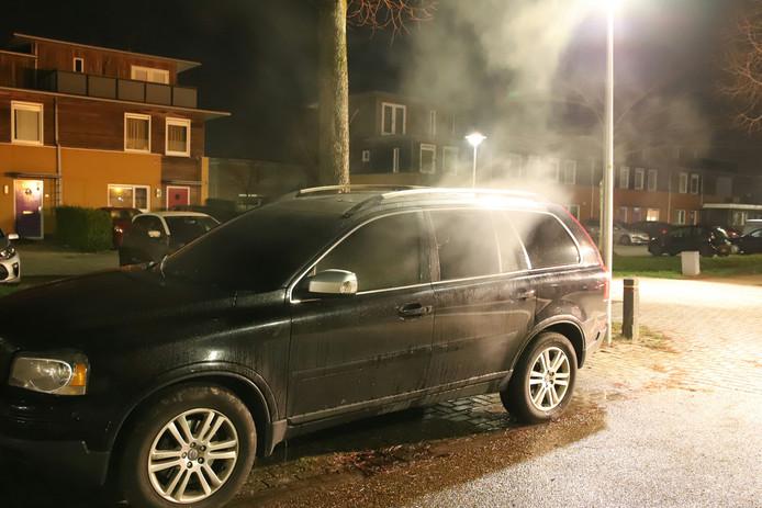 De geparkeerde auto liep van binnen veel schade op.