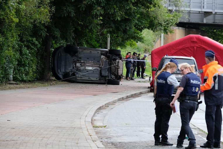 Het ongeval gebeurde op de Postzegellaan. De wagen ging over de kop en belandde tegen een boom.