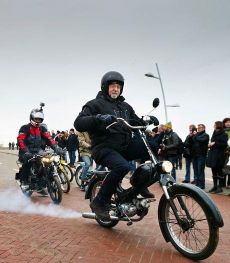 Vervuilende, oude brommers mogen voorlopig ongestraft door blijven rijden in Den Haag