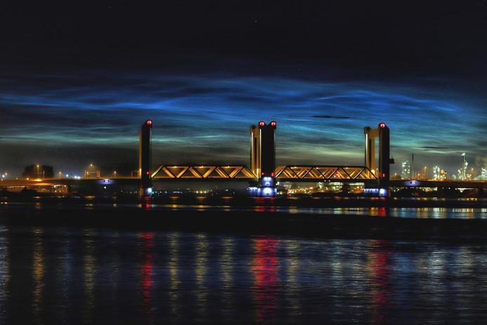 Nachtwolken boven de Botlek bij Rotterdam.