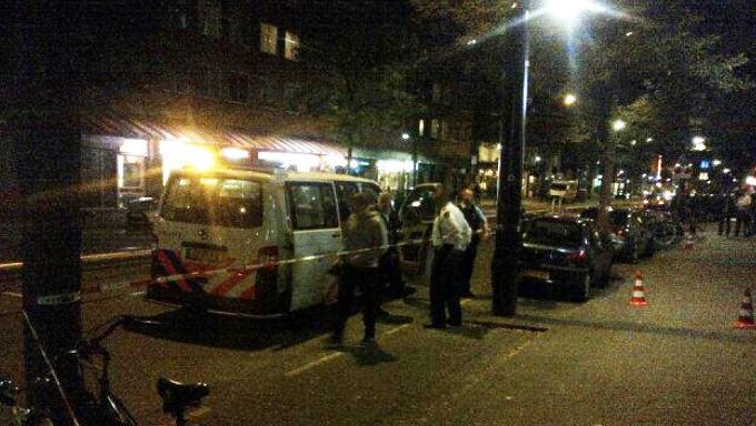 De politie hoort getuigen en doet buurtonderzoek, gisteren op de West-Kruiskade
