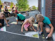 Waalwijkse kinderen leven zich uit met krijt: 'Thuis een A4'tje, hier de hele stoep'