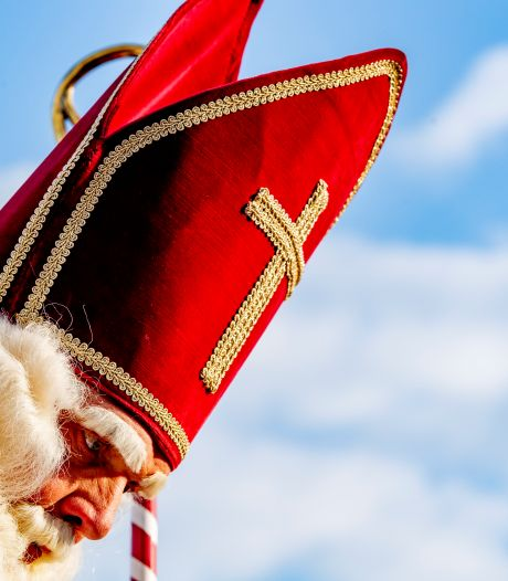 De stoomboot bleef in Zwalk: Sinterklaas is in Emmen aangekomen (maar dan per vliegtuig)