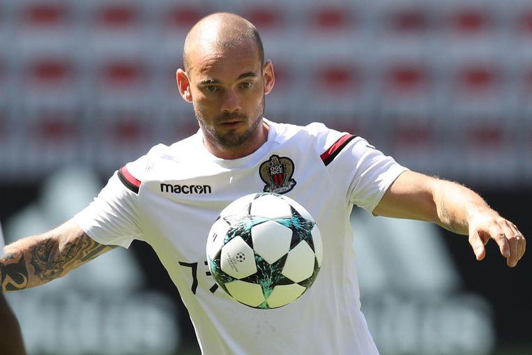 Wesley Sneijder speelt met Nice tegen Napoli. Beeld afp