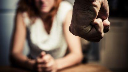 Vier jaar cel voor man die eigen gezin terroriseert: gebruikt vrouw als huisslavin, laat zoon achter wagen lopen