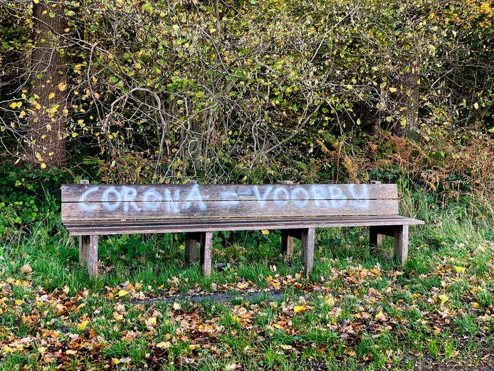 'Corona-protest' op een bankje in Udenhout.