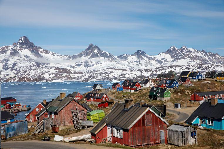 Besneeuwde bergtoppen achter het havenstadje Tasiilaq op Groenland.  Beeld Reuters