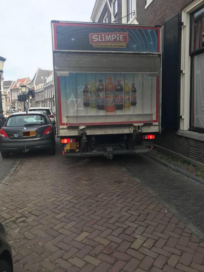 Zo nu en dan wordt er nog weleens een te zware vrachtwagen betrapt in het centrum van Utrecht. Deze vrachtwagenchauffeur werd in april vorig jaar op de bon geslingerd op de Kromme Nieuwegracht.