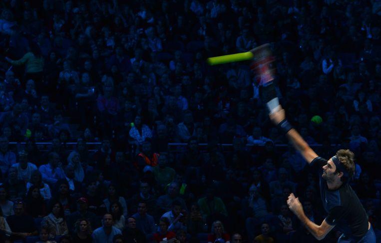 Roger Federer serveert. Beeld afp
