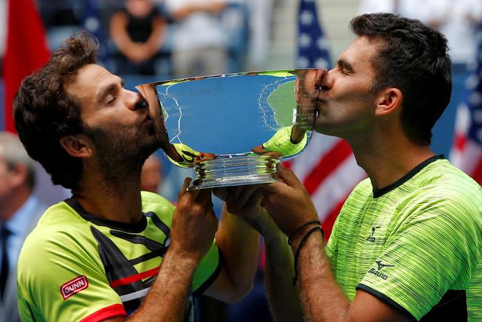 Jean-Julien Rojer en  Horia Tecau met de trofee van de US Open.