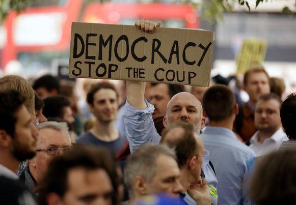 Duizenden demonstranten kwamen gisteren massaal op straat om te protesteren tegen de beslissing van Boris Johnson.