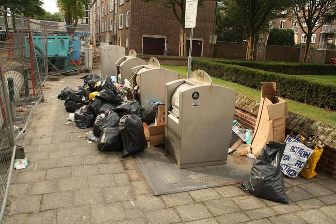 Er ligt een flinke stapel vuilnis achter het hek aan de Verbeetenstraat in Breda.