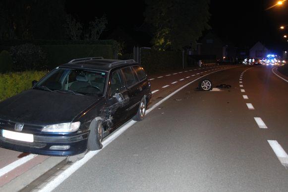De Peugeot werd aangereden, de Renault staat op de achtergrond.