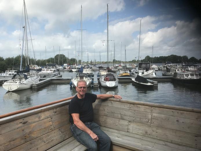 Havenmeester Piet van den Bergh bij de haven aan de Koornwaard. © Jarry Popelier