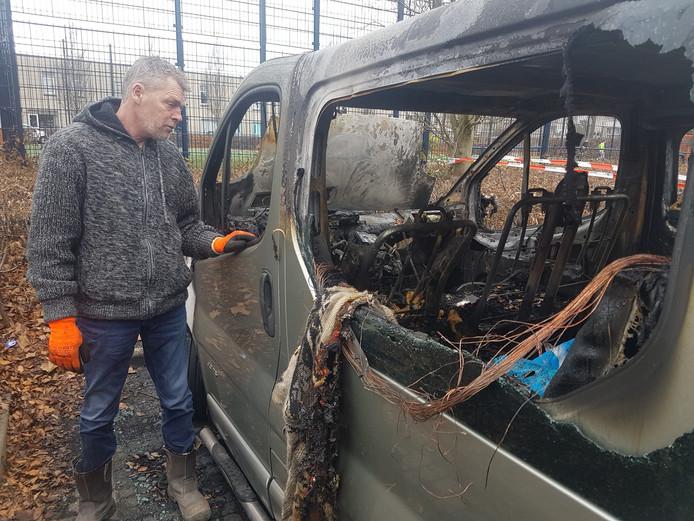 Herman Hofman bij zijn uitgebrande bedrijfsbus.