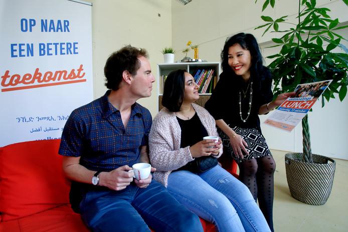 Heni Shawket (midden) kwam een jaar geleden voor het eerst bij de Taalclub. Ze is enorm blij met de hulp die ze kreeg van Anita Emmerich (rechts) en Leo van Loon.