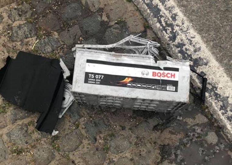 De batterij ontplofte toen de wagen erover reed.