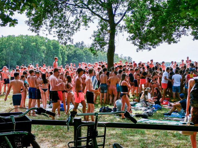 Jonge badgasten kwamen maandag massaal op een vechtpartij tussen groepen jeugd bij recreatieplas Bussloo af.