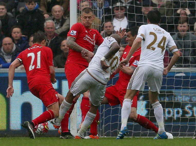 Andre Ayew scoort voor Swansea. Beeld null