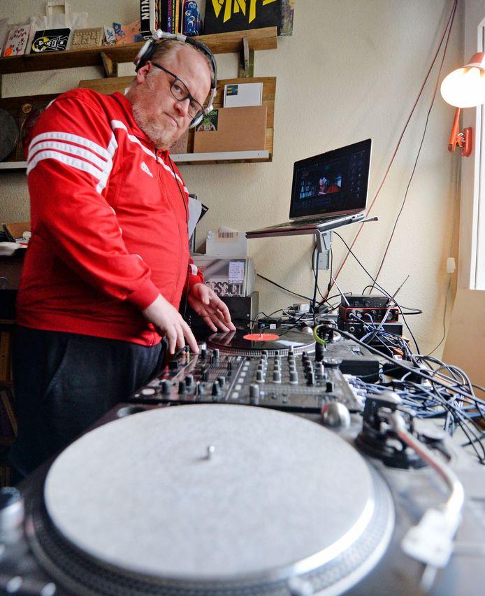 Arris Roordink is als DJ Dwars begonnen tijdens de coronacrisis met Arris pakt een bak met platen, een DJ set die hij live streamt via zijn Facebook pagina.