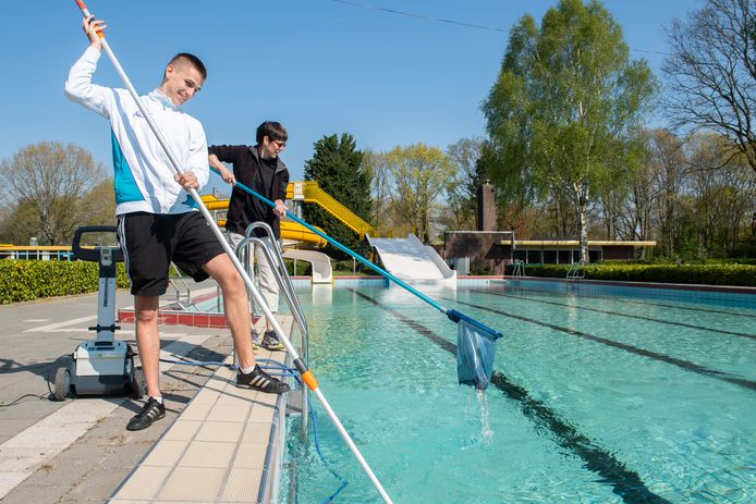 Schoonmaakwerkzaamheden bij zwembad De Randoet in Made.
