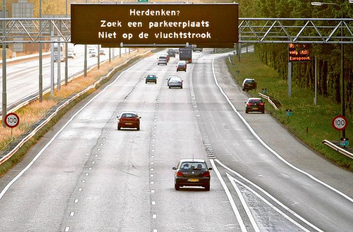 Rijkswaterstaat informeert weggebruikers hoe zij op een veilige manier kunnen deelnemen aan de nationale dodenherdenking.