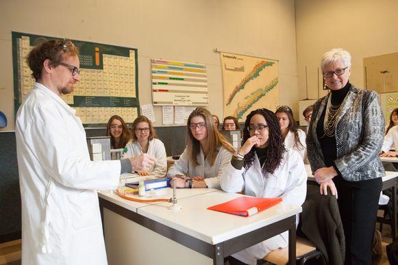 De leerlingen, leraar en directrice Hilde Allaert in de wetenschapsklas.