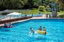 Het is rustig in Zwembad Klarenbeek, ondanks dat het prima zwemweer is.