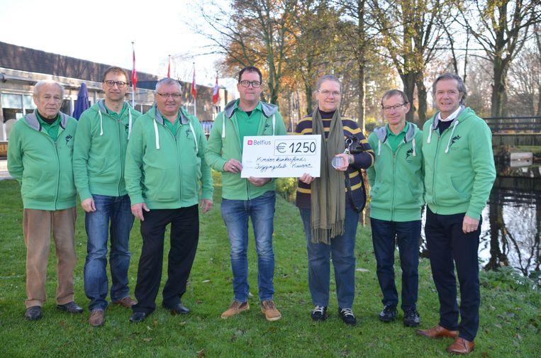 De Joggingclub van Kuurne heeft een cheque van 1.250 euro kunnen schenken aan het Kinderkankerfonds.