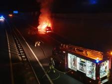 Auto brandt uit op A1 bij Hengelo; snelweg weer open