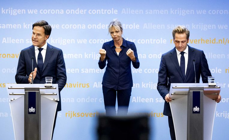 Premier Mark Rutte (l) en minister Hugo de Jonge (Volksgezondheid, Welzijn en Sport) tijdens een coronapersconferentie. Beeld ANP